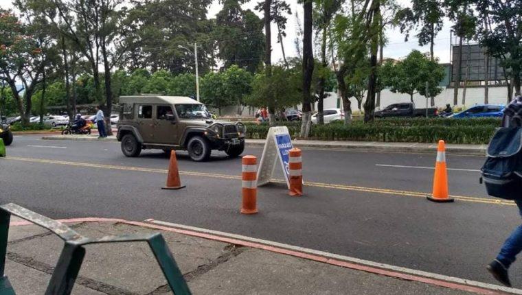 Este es el vehículo que fue captado el viernes último en la Usac. (Foto tomada de Twitter)