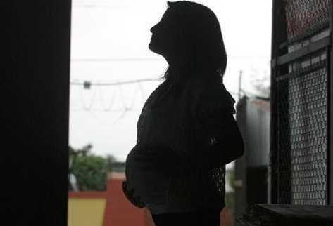Aumentan los embarazos en niñas en 17 departamentos del país