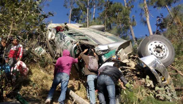 Autobús queda destruido en accidente de Nahualá, Sololá. (Foto Prensa Libre: Ángel Julajuj)