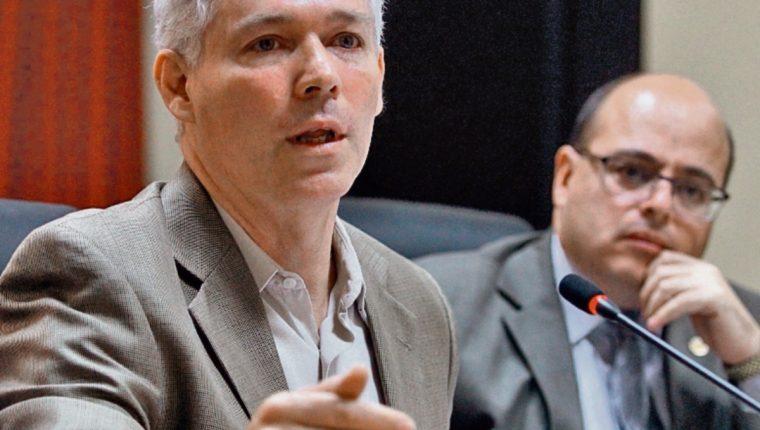 Enrique Lacs y Abel Cruz, viceministros de Economía, en la reunión con diputados de la UCN. (Foto Prensa Libre: Álvaro Interiano)