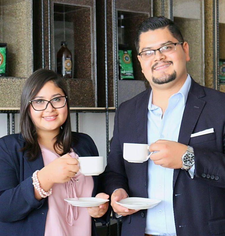 Dulce y Álvaro Romero García son los creadores de la marca de café y miel Ambrosía. (Foto Prensa Libre: José Pablo Coyoy)