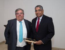 Mario Granai, presidente Corporación G&T Continental y Gustavo Villa, superintendente de Bancos de Panamá. (Foto Prensa Libre: Cortesía)