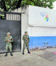Ejercito de Guatemala patrullan por las instalaciones de las escuelas ubicadas en la Colonia Jocotales en la zona 6 de Chinautla debido a las extorsiones.    Fotografía: Erick Avila.              18/08/2016