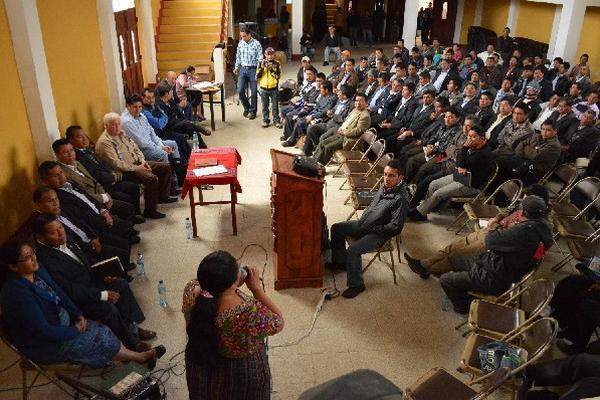 Reunión entre alcaldes comunitarios, delegados de Energuate y el Inde.