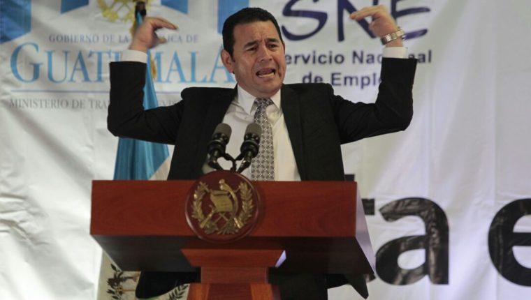 El presidente Jimmy Morales asistió a la inauguración de la Feria del Empleo, en donde habló con los jóvenes desempleados sobre la corrupción. (Foto Prensa Libre: Carlos Hernández)