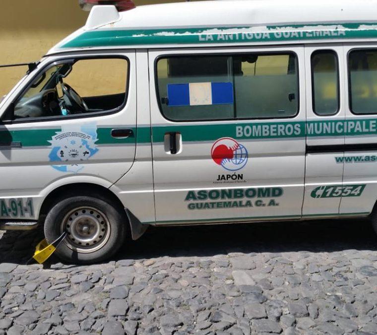 Autoridades de la PMT de Antigua Guatemala aseguran que la unidad de los Bomberos Municipales Departamentales estaba mal estacionada. (Foto Prensa Libre: Cortesía)