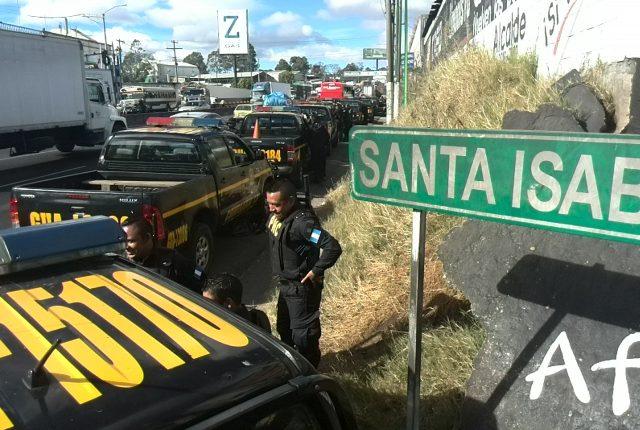 La policía se encuentra a las afueras de la colonia Santa Isabel 2 en Villa Nueva. (Foto Prensa Libre: Estuardo Paredes)