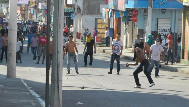 Inconformes lanzaron piedras y causaron destrozos en la comuna de Malacatán. (Foto Prensa Libre: Alexánder Coyoy).
