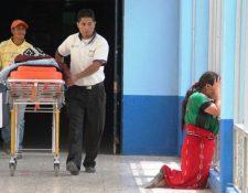 Testimonios dan cuenta del calvario que viven familias de escasos recursos, en hospitales públicos de la provincia. (Foto Prensa Libre: Mike Castillo)