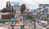 La propaganda pol?tica satura todos los puntos de la ciudad de Guatemala, en diferentes puntos se observan diferentes carteles para promover la imagen de los partidos pol?ticos que buscan obtener el voto en este proceso electoral 2015.  Imagen captada en la calzada San Juan, proximo al centro comercial San Juan, zona 7.  FOTO:  çlvaro Interiano.    20/07/2015