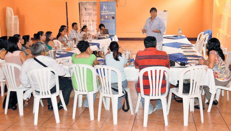 Representantes de  la PDH y de instituciones relacionadas con la niñez y la Adolescencia se reunieron con periodistas en Coatepeque, Quetzaltenango. (Foto Prensa Libre: Edgar Girón)