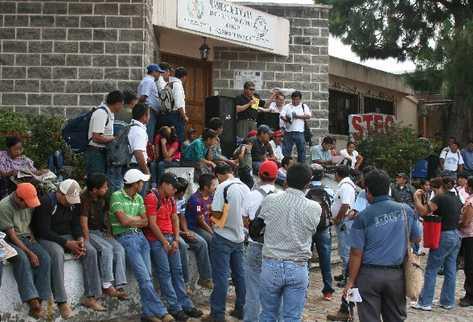 Dirigentes de  trabajadores administrativos del Ministerio  de Educación amenazan con ir  a huelga si no es firmado un pacto colectivo.