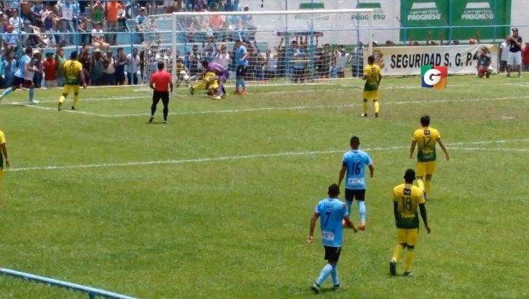 El portero de Petapa Javier Romero debutó en la Liga Nacional con autogol. (Foto Prensa Libre: Guatevisión)