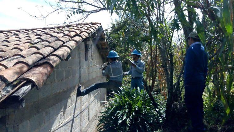 Brigada de Energuate suspende el servicio de energía eléctrica al alcalde de Patzité. (Foto Prensa Libre: Héctor Cordero)