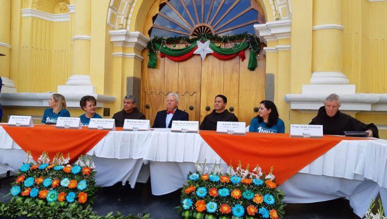 Organizadores de la rifa durante el sorteo en Antigua Guatemala, Sacatepéquez. (Foto Prensa Libre: Julio Sicán)