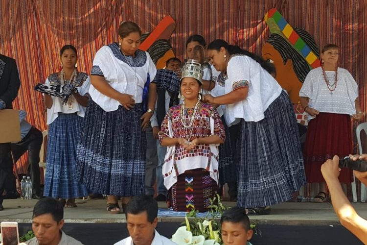 Coronación de Marleny García Jiménez, actual Rabín Ajaw, quien exige acciones en favor de los migrantes. (Foto Prensa Libre: Mike Castillo)