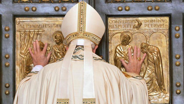 El papa Francisco abre la Puerta Santa con motivo de la inauguración del Jubileo Extraordinario de la Misericordia el martes último. (Foto Prensa Libre: EFE).