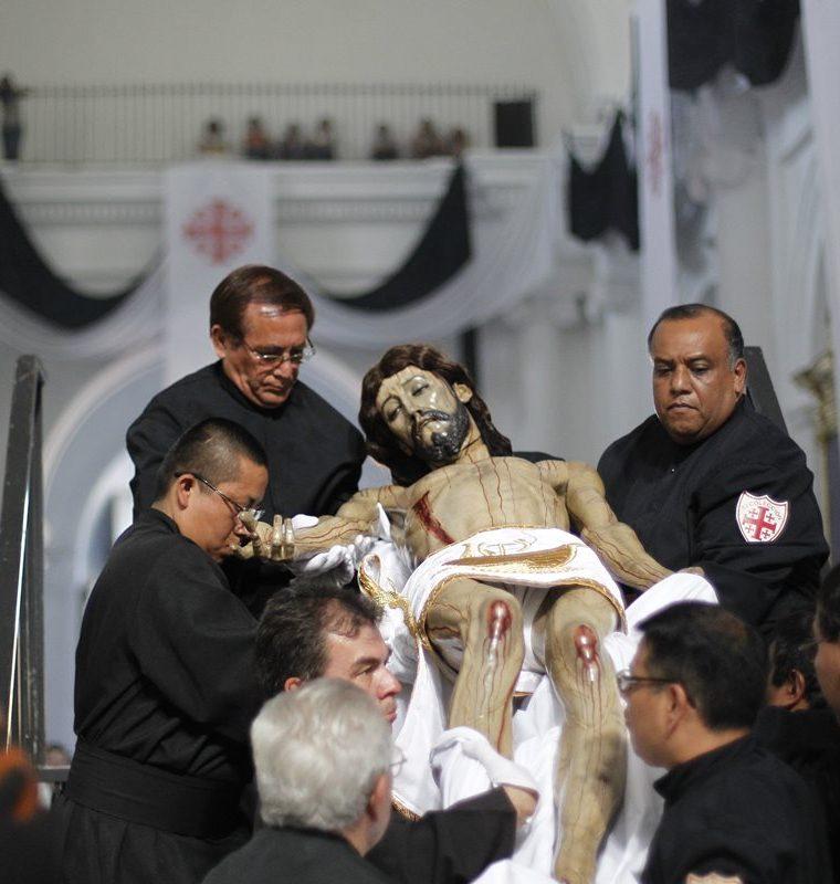 Los integrantes de la hermandad del Templo de La Recolección realizan el acto del descendimiento de la imagen del Sepultado, lo presentan al pueblo y a la Virgen. (Foto: Hemeroteca PL)