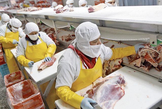 la empresa Delicarnes S.A. cuenta con certificaciones, tecnología y personal calificado para el procesamiento y empaque de carne de res lista para exportar.