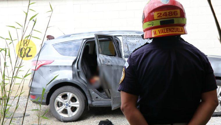 Los cuerpos fueron hallados dentro de este vehículo en un restaurante de la zona 9. (Foto: Bomberos Municipales)
