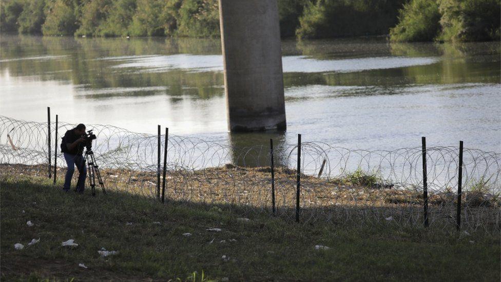 El alambre de púas también se colocó a la orilla del Río Grande, el límite natural entre Estados Unidos y México en el estado de Texas. GETTY IMAGES