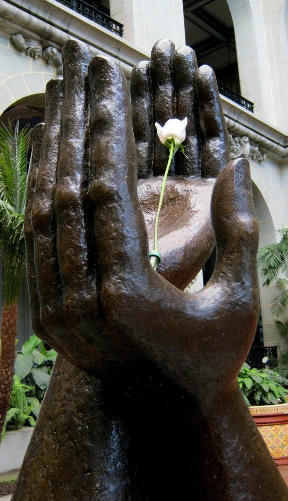 En el Patio de la Paz, del Palacio Nacional de la Cultura, permanece este monumento a la firma de la paz en Guatemala. Se notará que son dos manos izquierdas, porque pertenecen a diferentes personas. (Foto: Hemeroteca PL)