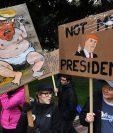 Los manifestantes llevan letreros anti-Trump durante una manifestación en Los Ángeles. (AP).