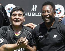 El ex futbolista Diego Maradona y Pelé compartieron en famoso partido de la amistad que se realizó en París. (Foto Prensa Libre: AFP)