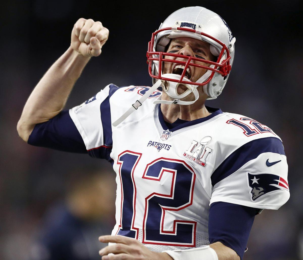 Tom Brady perdió su camisola al concluir el Súper Bowl. (Foto Prensa Libre: AFP)