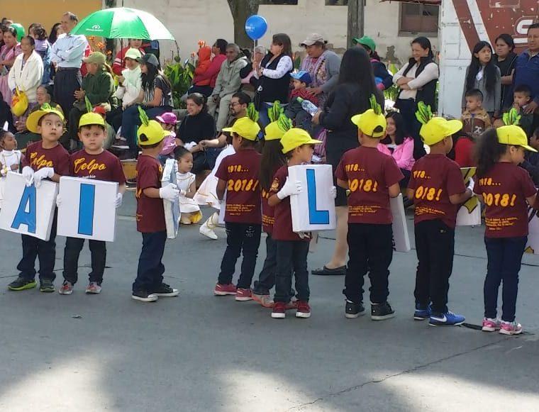 Los alumnos del Colegio La Patria portaron un mensaje para que los quetzaltecos mantengan una ciudad limpia. (Foto Prensa Libre: Fred Rivera)