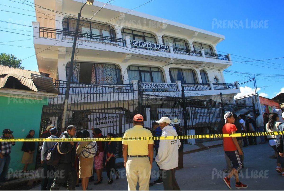 Vecinos observan edificio con evidentes daños en su infraestructura por el terremoto del jueves por la noche. (Foto Prensa Libre: Alvaro Interiano)