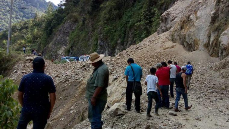 Toneladas de tierra bloquean carretera en Chajúl, Quiché. (Foto Prensa Libre: Yésica Tol)