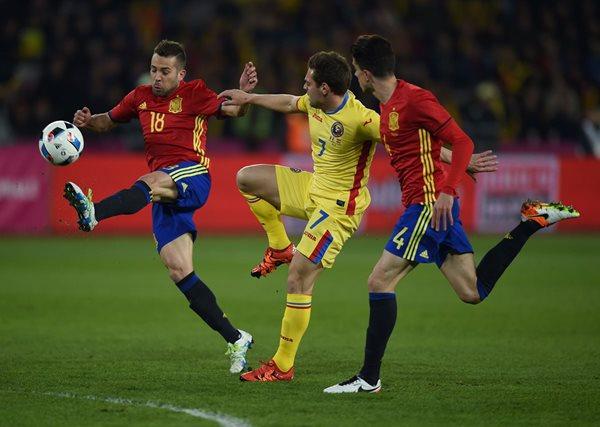 España y Rumanía se preparan para la Eurocopa 2016. (Foto Prensa Libre: AFP)