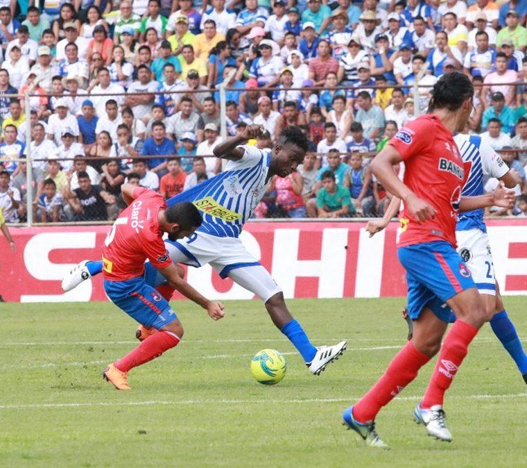 Fueron pocas las oportunidades de gol para venados y escarlatas. (Foto Prensa Libre: Cristian Soto)