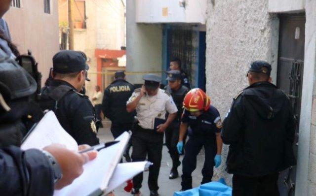 Un hombre murió luego de un ataque armado en la zona 7 capitalina. (Foto Prensa Libre: Bomberos Municipales)