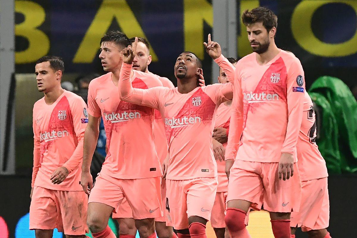 Los jugadores del FC Barcelona festejan el gol de Malcom. (Foto Prensa Libre: AFP)