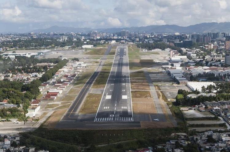 La pista del Aeropuerto Internacional La Aurora mide 3 mil metros de largo por 60 metros de ancho. (Foto Prensa Libre: Hemeroteca PL)