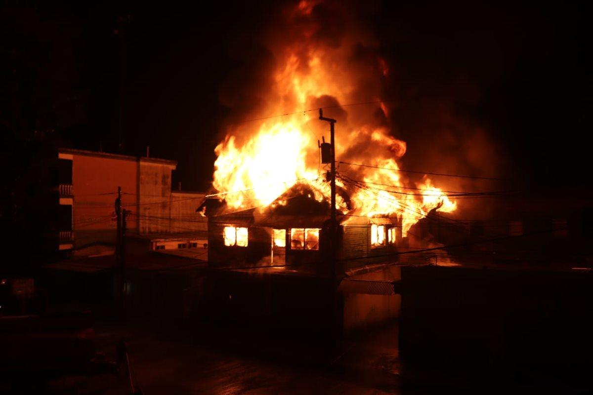 Incendio se propaga rápidamente por comercios y viviendas, en Morales, Izabal. (Foto Prensa Libre: Dony Stewart)
