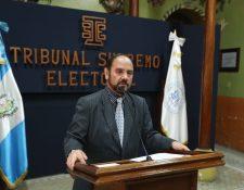 Leopoldo Guerra, director del Registro de Ciudadanos, explica el proceso de cancelación de los tres partidos. (Foto Prensa Libre: Esbin García)