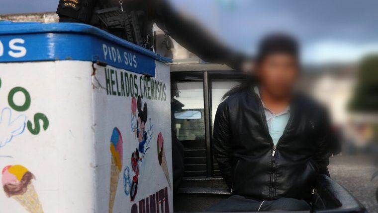 Agentes de la PNC capturan por segunda vez al heladero Antonio Abraham Pérez por distribuir droga en Antigua Guatemala, Sacatepéquez. (Foto Prensa Libre: Julio Sicán)