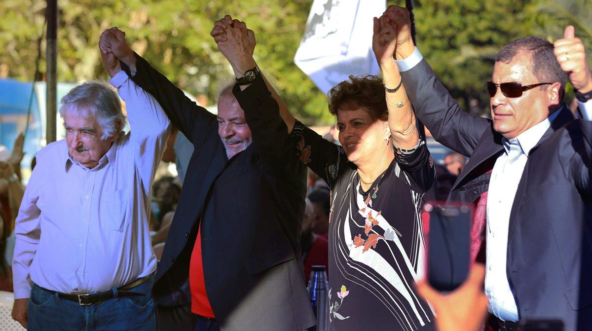 De izquierda a derecha: José Mujica, expresidente uruguayo; Lula da Silva, expresidente brasileño; Dilma Rousseff, expresidenta brasileña; y Rafael Correa, expresidente ecuatoriano, en el comienzo de la gira de Lula. (Foto Prensa Libre: AFP)