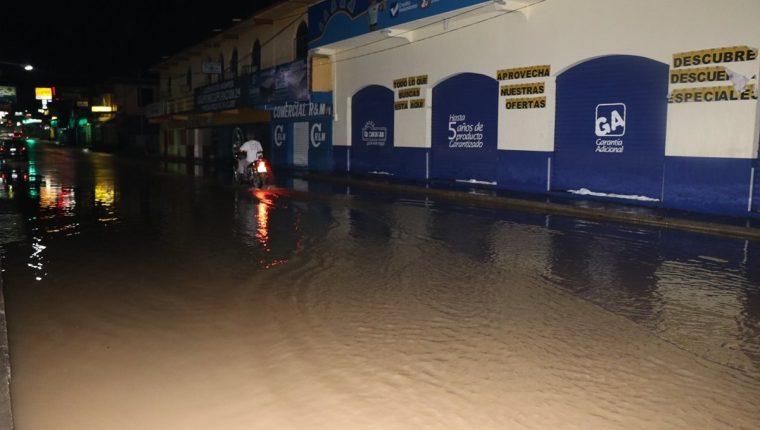 Una parte de la calle principal de San Benito se inundó, afectando el tránsito vehicular y varios comercios. (Foto Prensa Libre: Rigoberto Escobar)