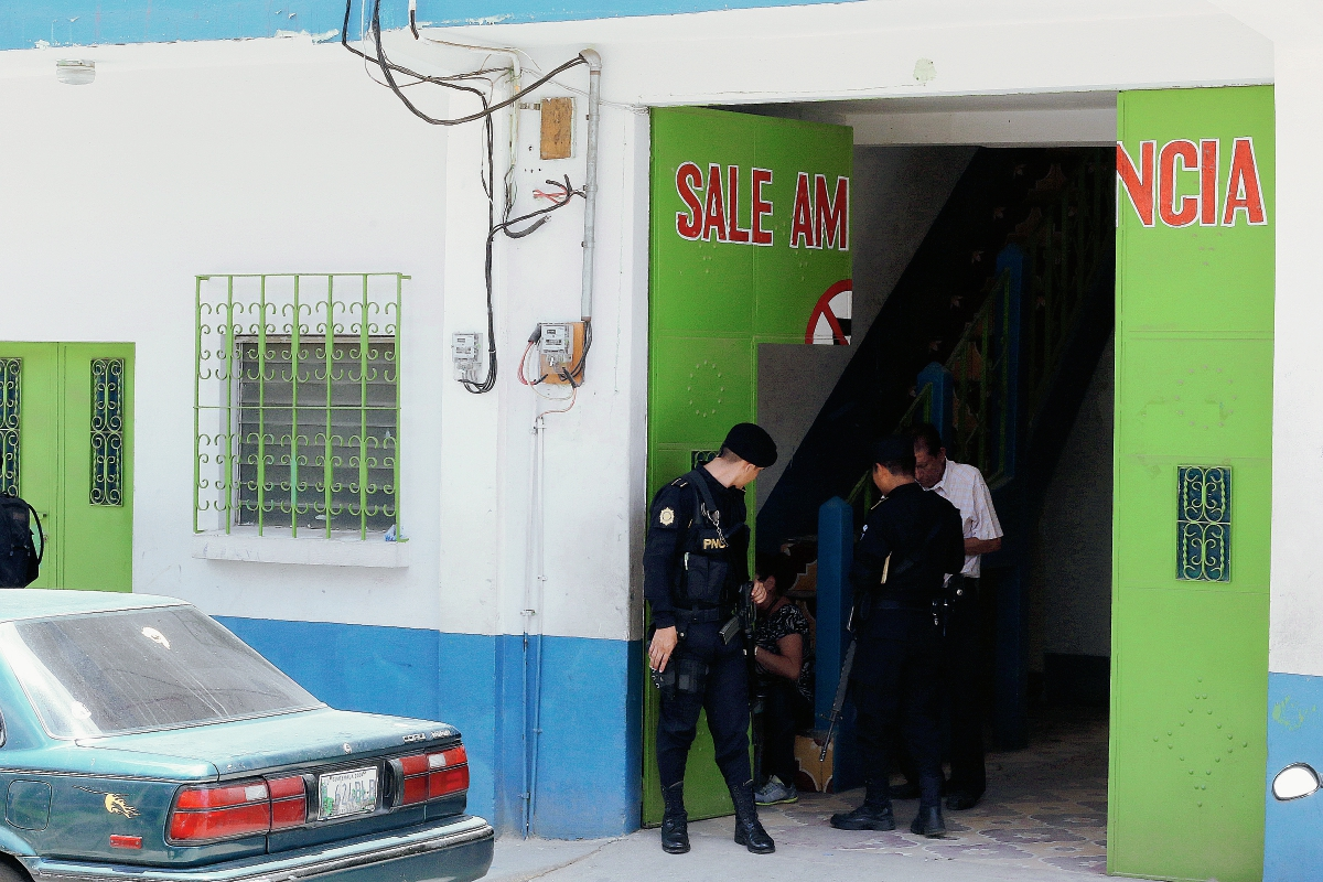Agentes de la PNC apoyan cateos en antiguo edificio que ocupaban las clínicas del IGSS, en Chiquimula. (Foto Prensa Libre: Edwin Paxtor)