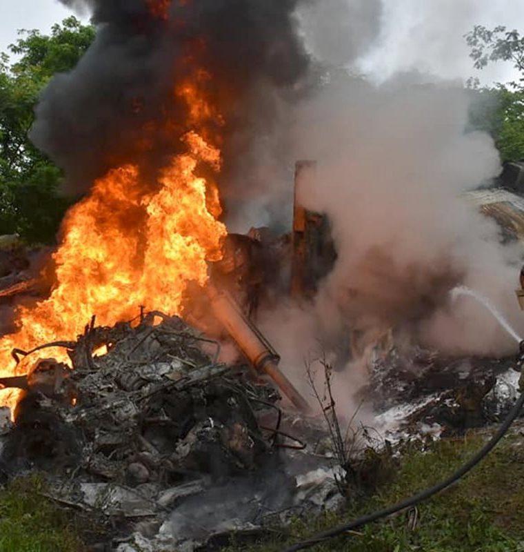 La cabina de uno de los camiones quedó consumida a cenizas y socorristas desconocen si el piloto murió carbonizado. (Foto Prensa Libre: Dony Stewart)