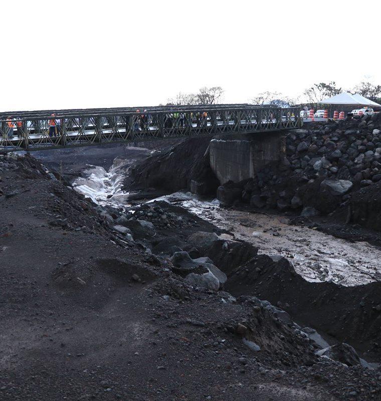Cada vez que llueve material volcánico baja por las barrancas, lo que hace peligroso el sector donde están los puentes en la RN14. (Foto Prensa Libre: Enrique Paredes).