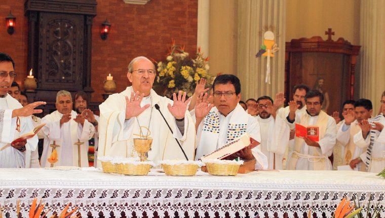 Monseñor Carlos Enrique Trinidad Gómez -al centro - oficia Misa Crismal, en Comitancillo. (Foto Prensa Libre: Aroldo Marroquín)