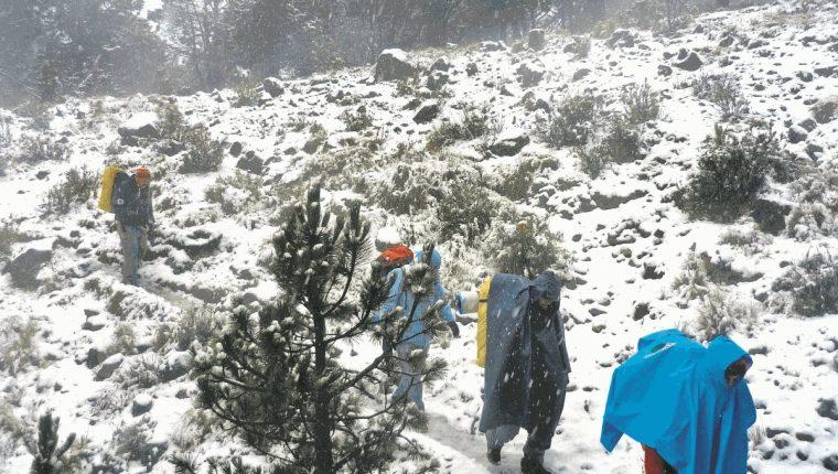 Portada de Prensa Libre del 22/12/201 Montañistas sube el volcán Tajumulco durante una Inusual nevada(Foto: Hemeroteca PL)