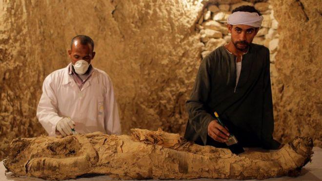 Se cree que la momia hallada en la tumba pertenece a un funcionario del Reino Nuevo. EPA