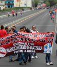 Maestros bloquean el transito vehicular en el puente Belice, paso que conecta las zonas 6 y 18 de la capital. (Foto Prensa Libre: Hemeroteca PL)