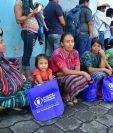 Damnificados reciben dinero para asegurar su alimentación ante la destrucción de sus campos de cultivo. (Foto Prensa Libre: Javier Lainfiesta)